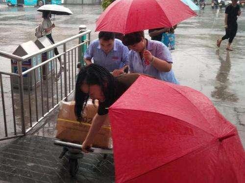 """大雨中 他们为旅客撑起了""""爱心伞"""""""