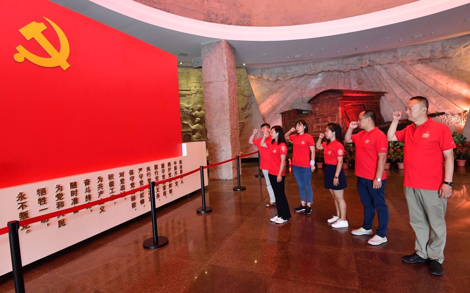 沿习之路东线团队在南湖革命纪念馆重温入党誓词.JPG