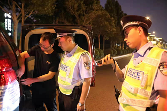 郑州出动万名警力搞了一次大行动!打掉了5个犯罪团伙,拘留100多人